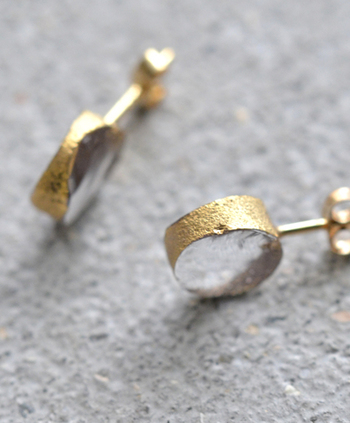 「SORTE(ソルテ)」とはイタリア語で「幸運」や「未来」といった意味を持つ言葉。福が住むと言われている兵庫県篠山市福住在住の2人の作家が生み出す幸せを運ぶガラスジュエリーです。