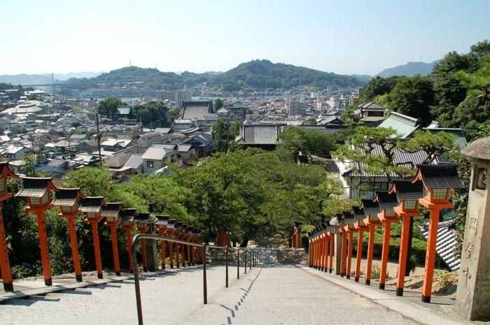 尾道三山の一つ愛宕山の中腹に位置する西國寺の境内は、1万5千㎡にも及びます。山門をくぐってから、108段の石段を上ると、朱塗りの金堂(重文)、その先に不動堂・持仏堂・本坊等が建ち並んでいます。