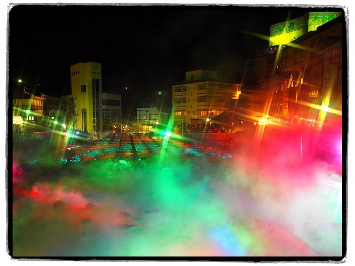 夜になると、湯畑のライトアップが行われます。もくもくと立ち込める湯けむりが光を浴びて七色に輝く様は幻想的で、夜の湯畑周辺では神秘的な空間が広がっています。