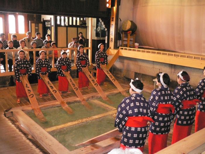 """熱の湯では、""""湯もみと踊りショー""""を見ることができます。源泉に六尺板を入れて熱湯を快適な温度まで下げる""""湯もみ""""は、江戸時代から伝わる草津温泉での入浴方法です。"""