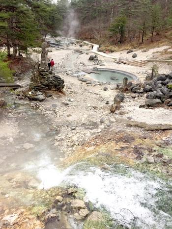 大地の熱気を彷彿とさせる湯けむりが立ち込める様、噴き出す源泉、熱湯でできた川が織りなす西の河原公園では独特の景観が広がっています。