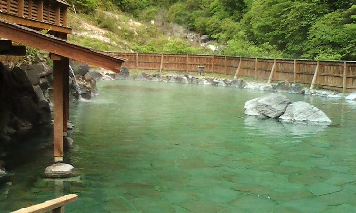 静かな山麓に佇む広い露天風呂は、プールのような広さです。抜群の解放感を肌で感じながら、四季折々の大自然を満喫し、ゆっくりと温泉で身体を癒してみるのもおすすめです。