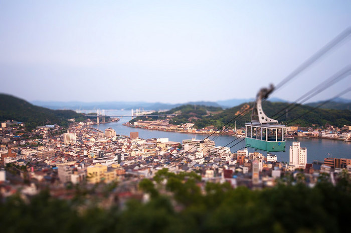 長江口から千光寺山山頂までは、3分程。天寧寺の三重塔や千光寺、尾道の町並み、尾道水道を眼下にしながら空中散歩を楽しめます。