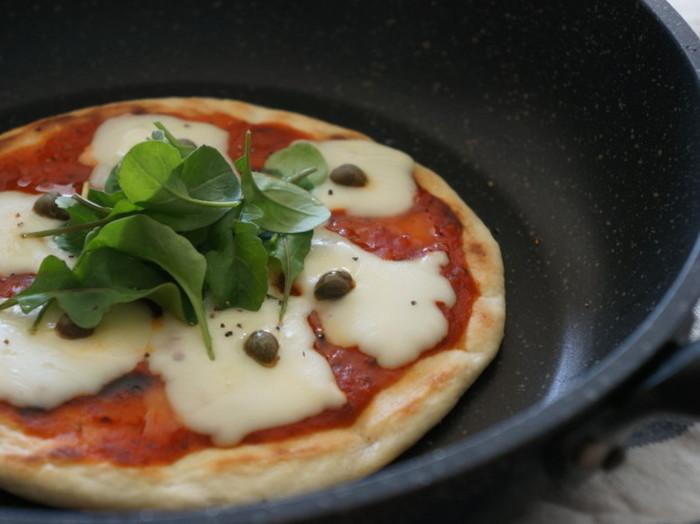 フライパンで焼ける、手作りピザのレシピ。生地を休ませる時間が必要ないので、思いついた時にすぐ焼くことができますよ。トッピングに悩む時間も楽しい♪おいしいピザがフライパンで気軽に焼けるなんて、何度もリピートしてしまいそうです!