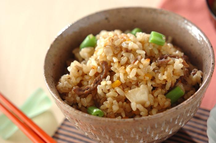 玄米をふっくら炊くとよりおいしく食べられる具沢山の玄米ご飯。 旬の野菜や穀物を入れて、健康にも良いご飯です。