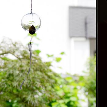 中川政七商店の江戸風鈴は、型を使わずに空中でガラス玉を膨らませる「宙吹き(ちゅうぶき)」という技法が用いられており、ひとつずつ手づくりで仕上げられているので、あたたかみも感じられます。 切り口をあえて磨かずにギザギザのまま仕上げることで、わずかな風でも良い音を楽しめるように工夫されているところも、こだわりを感じますよね◎