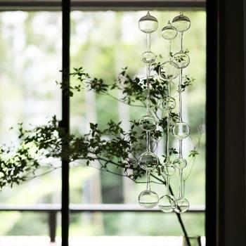 薄いガラスで作られたiittaraの「Ateenan aamu」は、フィンランド語で「アテネの朝」という意味。 日曜の朝、アテネの街に響き渡る教会の鐘の音色をイメージしてデザインされたこの作品は、ガラス同士が触れた時の音色がとても心地良いんですよ♪ アテネの朝は、どの季節にも合うアイテムなので、その時々の風景を楽しんでいただきたいです。