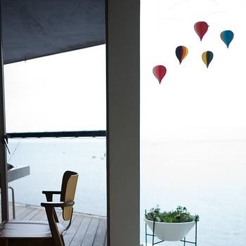 FLENSTED MOBILESの中でも人気の、大きな気球のモビール。気球は紙製で、立体的に広げて吊るします。 青々しい大空に色鮮やかな気球が舞う姿は、なんだか清々しい気持ちになりますよね♪ 明るくポップな色合いが明るい気分にしてくれます。