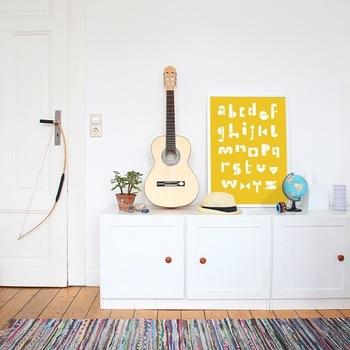 一面にアルファベットが並ぶシンプルなデザインですが、積み木を重ねたようなユニークな雰囲気がとっても可愛いポスターです。 明るいイエローでも、2色のカラーでまとめられているので派手な印象もなく、お部屋に溶け込みつつパッと明るくしてくれます♪