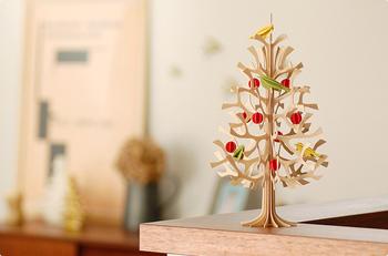 """loviのツリーオブジェは、フィンランドのバーチ(白樺)100%で作られています。 クリスマスツリーとして使われることが多いですが、シンプルなデザインなので1年中ずっと飾れるアイテムです◎ バーチは、北欧の国で""""喜びの木""""と呼ばれ、幸運をもたらす縁起の良い木として知られているんです。"""