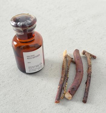 ひばの枝を差して使うところも、またオシャレ。 ひばのやさしい香りは、まるで森にいるような高いリラクゼーション効果をもたらしてくれるので、飾るだけでなくお風呂やアロマポットに2,3滴垂らして香りを楽しんだり、洗濯機の洗剤と一緒に数滴垂らして使うのもおすすめです。