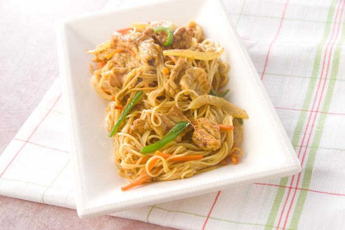 カレー粉を使って炒めたレシピです。お子さんも大好きなカレー味なら、野菜がたくさん食べられそうです。素麺は固めに茹でて、強火でさっと炒めるのがポイントです。