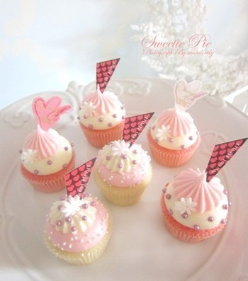 優しいピンクはイチゴシロップだそうです。こちらの「春色プチカップケーキ」のレシピは下記から。カップケーキ部分のレシピになります。デコレーションは生クリームを絞ったそう。アラザン(デコ用のコーティングされた砂糖粒)のラベンダー色が優しくぴったりです。