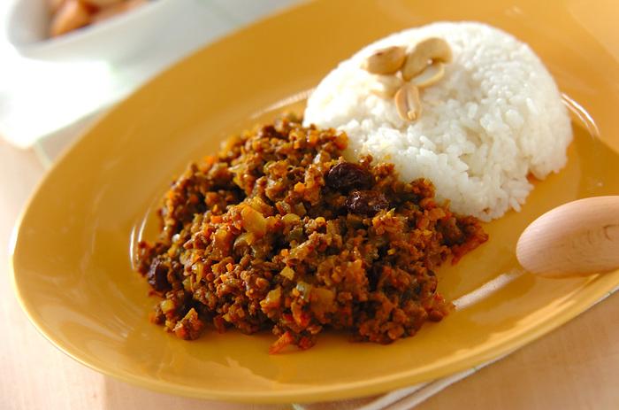 """一方、ドライカレーは水分の少ないカレー全般を指す名前。日本ではカレー風味のピラフ「カレーピラフ」などを指すこともあり、これらにはひき肉が使用されない場合もあります。ひき肉とみじん切りにした野菜を炒め、カレールーで味をつけて水分を飛ばした""""キーマカレー""""のようなルーをご飯にかけて食べるものもドライカレーと呼ぶこともあります。いずれにしても、水分が少ない、ほとんどないことが「ドライカレー」の定義であり、材料に決まりはありません。"""