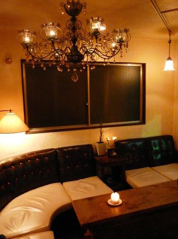 店内はカウンターとテーブルが3つにソファー席、それに情緒を感じさせる照明や、クラシカルで落ち着いたインテリアが特徴的です。