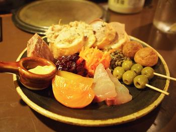 彩り豊かに食事をスタートするのにおすすめなのが「前菜盛り合わせ」です。プレートいっぱいにローストやじゃがいも、オリーブ串にカルパッチョやデザートなどが乗っています♪