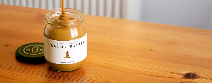 こちらは「ピーナッツバターMサイズ(粒なし)」。たっぷり入っているから、トーストに塗ったり、お菓子作りや、お料理にも大活躍です。熟練の職人さんたちの焙煎による抜群の香り高さが特徴。原材料には上質なピーナッツを使用し、砂糖、塩のみのシンプルさでお子さまにも安心です。少人数の家庭にもうれしい、内容量が約半分のSサイズもあります。