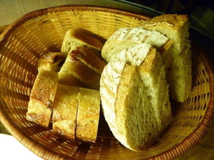 料理とワインはもちろんですがお店で焼くパンも人気で、表面はカリッと中身はもっちりした味を感じることが出来るんです。 「イチジクのパン」や「レーズンのパン」などフルーティーなパンはもちろん、ピザやフォッカチャなども楽しめますよ。