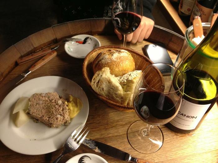 お店の人に聞けばおすすめのワインを教えてくれるので、美味しいお酒と心のこもった手作りの料理で素敵な時間を過ごして下さい♪