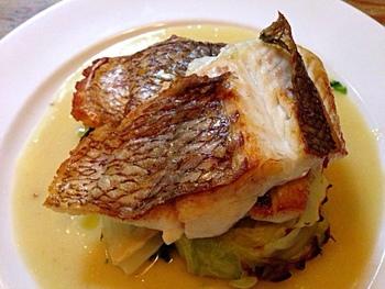 「真鯛のポアレ ほうれん草のピュレとブールブランソース」は外はパリッとしているのに、中身はふわっと柔らかくてジューシーな食感が絶品のメイン料理です。  ブールブランソースがさっぱりとした味わいをより引き立ててくれます♪