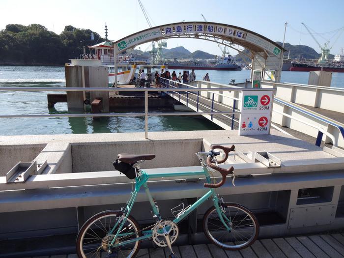◆※◆向島へ渡る尾道大橋の自転車路は幅が狭く、橋へ到達するまでも悪路で上り坂が続きます。自転車に乗り慣れていない方は、無理をせず、渡船を利用しましょう。 【画像は、尾道の渡船乗り場。渡船は、自転車ごと乗り込めます。】