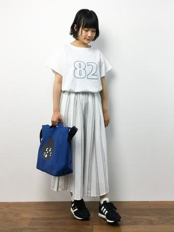 白のロゴTシャツにはストライプ柄のガウチョパンツを合わせてさわやかに決めましょう。バッグ&靴で個性を出して楽しむのもいいですね。白コーデのときは濃い色を持ってくるとGOOD。