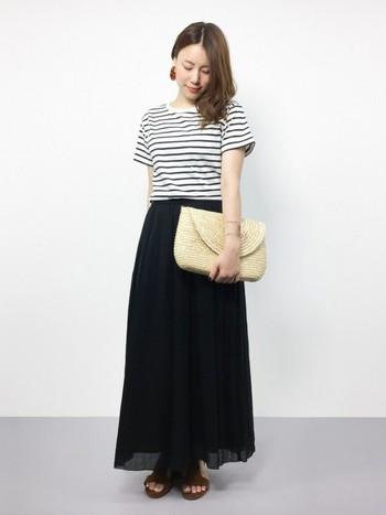 ひらひらと風に舞う女性らしいスカートをあえてカジュアルなボーダーTシャツで着るのがかっこいい。大人っぽくするならクラッチバッグを合わせてみるといいですよ。