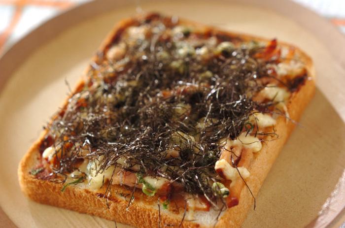 ネギみそとチャーシューの中華テイストのピザトースト。ラーメンを食べた時のチャーシューの残りが大活躍です。