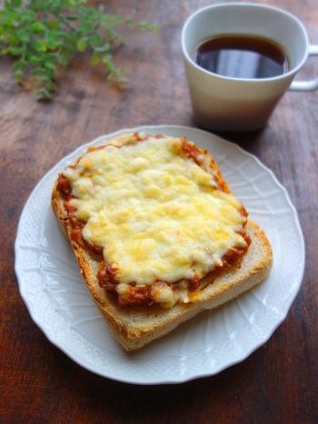 カレーとチーズの相性の良さはもうお馴染みという方も多いかもしれませんね。カレーの温め直しで煮詰めて、お手軽ピザソースとして活用する方法もありますよ。