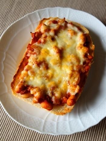 チリコンカンだって食パンにのせれば、ピザトーストにできます♪豆をたっぷり使えば、栄養もボリュームも文句なし!