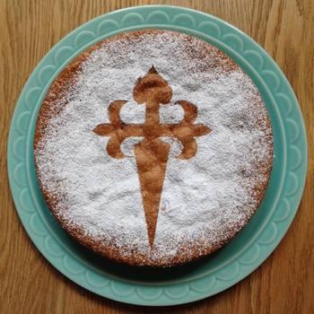 スペイン・ガリシア州の伝統菓子、「タルタ・デ・サンティアゴ」。スペイン語で「聖ヤコブのケーキ」という意味で、聖ヤコブの遺骨がまつられている巡礼地の最終目的地、サンティアゴ・デ・コンポステーラの修道院で作られたのがその始まりとされています。聖ヤコブの十字架をパウダーシュガーでかたどって仕上げるのが特徴です。