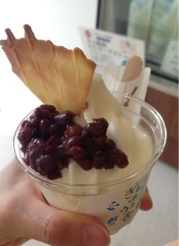 「北海道のあずきとミルク」をコンセプトにしたソフトクリームのお店。安心安全な環境で育てられた健康な牛からしぼった「おこっぺ牛乳」の味がそのまま生きている優しい味のソフトクリーム。北海道産小豆をそえた「お小豆さんソフトクリーム」が人気です。