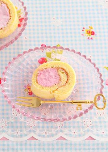 """いちごジャムとフランボワーズの綺麗なクリームを巻いて冷凍庫で冷やす""""アイスロールケーキ""""。ひんやりおいしいデザートが楽しめます!クリームを巻いてから冷凍するので成形しやすく、しっかりと固まってくれます。"""