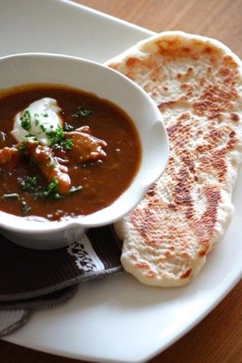 フライパンを使って焼く、もっちりふんわりフライパン・ナンのレシピです。今年はおうちでもインド料理店のように、ナンでカレーを楽しんでみませんか?