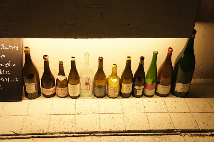 「アヒルストア」にはたくさんのワイン瓶が並んでいて、白赤問わずリーズナブルなお手頃価格で美味しい自然派のビオワインを楽しめます。
