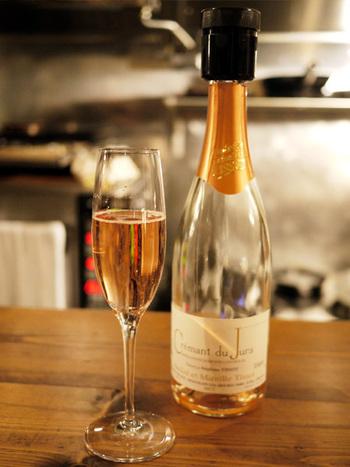 ワインと食事を楽しめるレストランというと何となく敷居が高いイメージがありませんか?  今回紹介する富ヶ谷にある「アヒルストア」と三軒茶屋の「ウグイス」は確かな品質のワインや手作りの料理を肩ひじを張らないで楽しめる、お店とお客さんとの距離がアットホームな雰囲気のお店なんです。