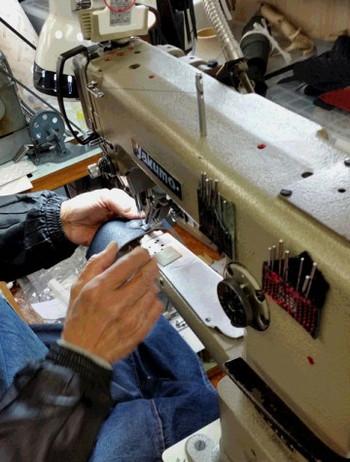 n.numberのバッグに使われているのはすべて北海道産の原皮。原皮から革にするまでの作業をするのは長野県の熟練のタンナーさん。一枚仕立てで革の「表」と「表」を縫い合わせていく作業は、高度な技術が求められる技。何度も試作を重ね、n.numberオリジナル企画のバッグ「OMOTE to OMOTE」(オモテトオモテ)が出来上がりました。