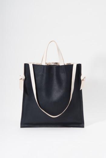 使いやすいシンプルなバッグ。基本はトートとして、脇から革ストラップを出してショルダーとしても。両手を使いたい時に重宝します。