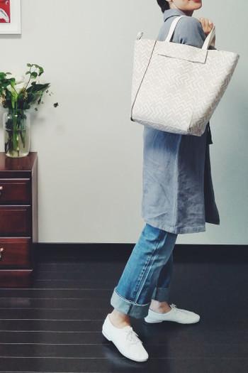 リバーシブル仕様ですので、気分に合わせて無地と柄を両方楽しむことができます。同じ服装でもバッグが違うだけで雰囲気ががらりと変わりますね。