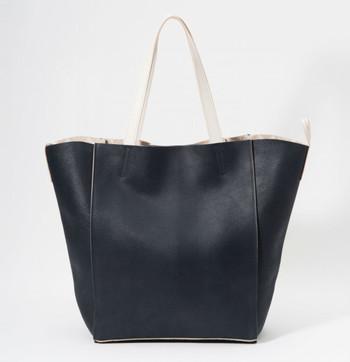 逆台形の大き目トートバッグ。厚みがある革の1枚仕立てなので、やわらかくてとても軽く、持った時に自然と体になじみます。