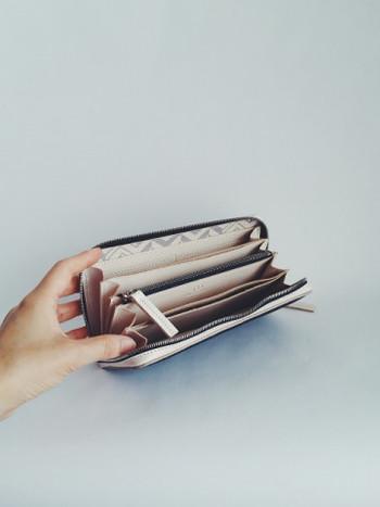 カードは最大12枚収納可能。フリーポケットも8ヵ所付いているから使い勝手がよさそうです。スマホも収納できるから、お買い物のときはこれ一つで大丈夫。