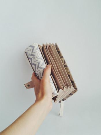 カードは10枚収納可で、フリーポケットは6か所付いています。レシートやポイントカード、スマホも入れられ容量たっぷり。小銭入れはマチ付きなのでお金の取り出しがスムーズです。