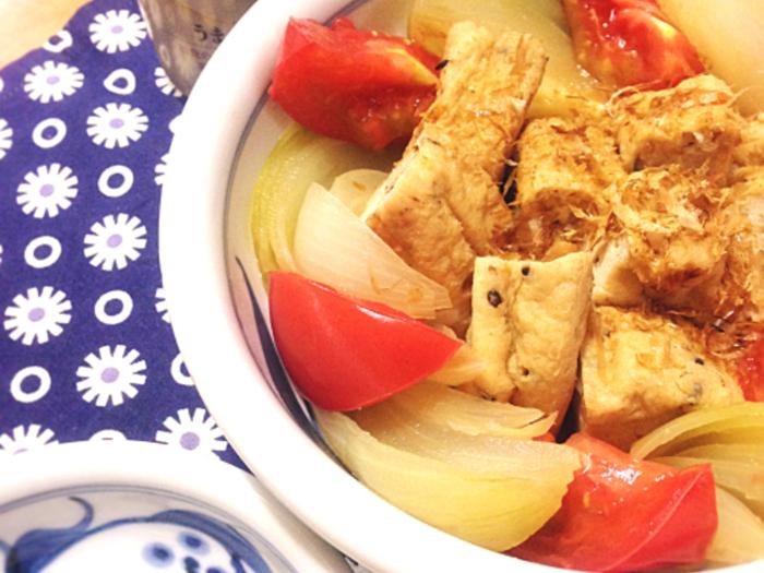味付けはシンプルにして、だしの味を引き立たせます。 最後にかけるかつお節で香りもアップ!トマトは煮崩れないように、さっと火を通す程度にするのがコツです。