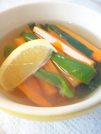 氷とレモンを入れてさっぱり! だし汁はスープのように飲むことができます。白だしを使うと色が透き通ってきれいですね。