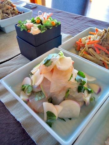 昆布締めした真鯛のお刺身と薄切りのカブを煎り酒で和えた1皿。テクニックいらずで料亭の味わいに。