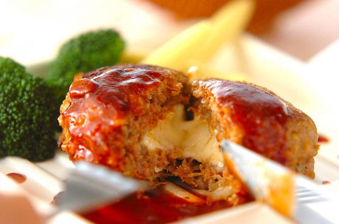 ジューシーな肉汁ととろーりチーズが見事にマッチ♪カマンベールで大人も納得の味わいに。