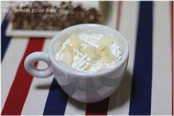 インスタントコーヒーとココアで作るお手軽なカフェモカ。泡立てたミルクの上にホイップクリームでふわふわの口当たり。スライスアーモンドも良いアクセントになっています。