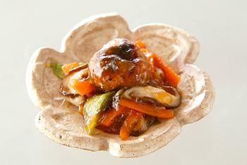 とろみのついた甘酢あんに野菜もたっぷり入れて。ちょっぴり中華なハンバーグ。