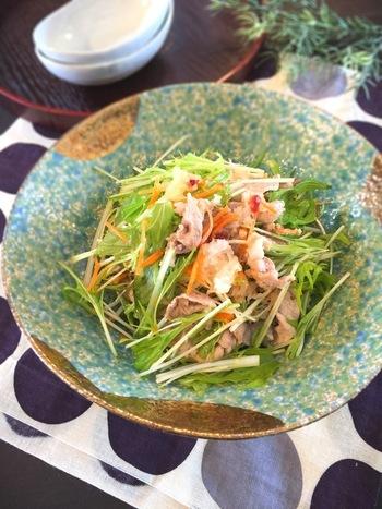 野菜とお肉を梅の力でさっぱりと、たくさん食べられるボリュームサラダ。豚肉は疲労回復ビタミンと呼ばれる「ビタミンB1」が豊富。また糖質や脂質をエネルギーに変えてくれる「ナイアシン」も含まれているので、夏バテ解消にはもってこいの食材です。