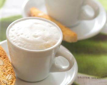 アレンジコーヒーの基本、カフェラテ。ミルクをたっぷりと泡立てて幸せな気分に。ビスコッティを浸して食べても美味しいです。